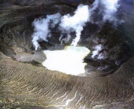 Озеро расположенное в глубине кратера