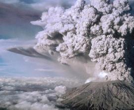 Высота столба выброса газа и пепла во время извержения вулкана в 1980 году достигла 25 км.