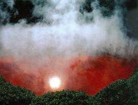 Горячий источник Чиноике, прославившийся красноватым цветом воды
