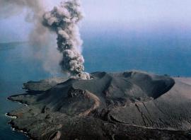 Анак-Кракатау извергает столб дыма